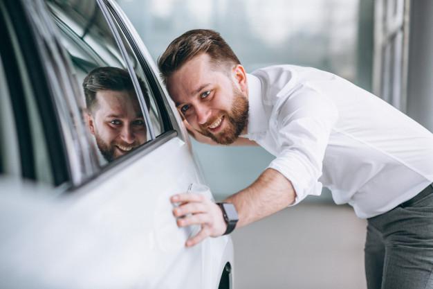 """Quem compra o carro dá muita atenção ao aspecto visual. Pelo cuidado que o proprietário teve com o carro, seja na parte externa como na interna, o comprador associa que a parte mecânica também está bem cuidada"""","""