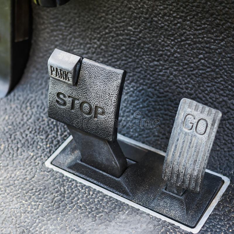 O veículo automático não tem o pedal da embreagem, ele possui apenas o acelerador e o freio!