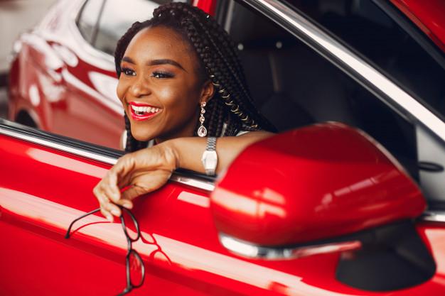 os carros bons e baratos para jovens, normalmente são os que possuem mais segurança, praticidade e economia de combustível.