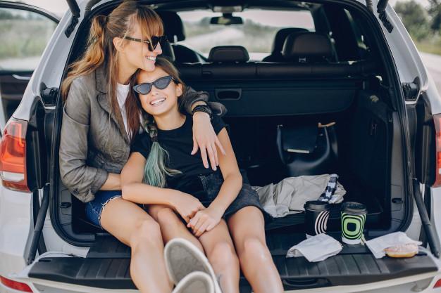 Mãe e filha curtindo o carro.