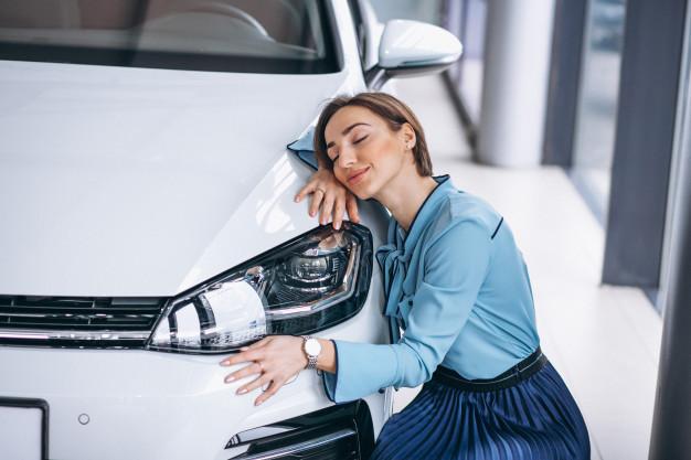 mulher adorando seu carro