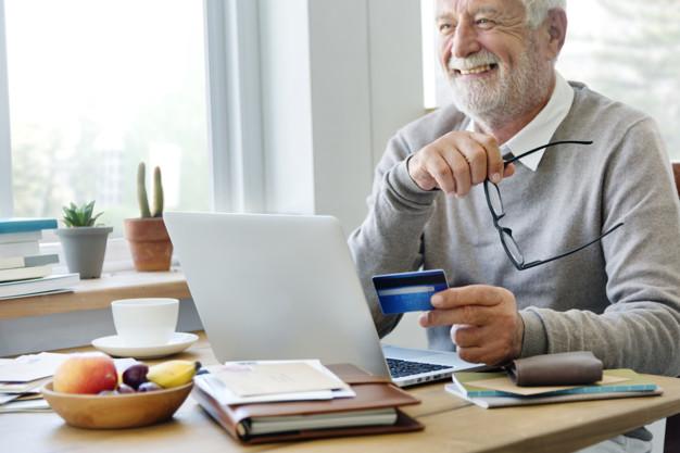 Homem mais velho fazendo compra online