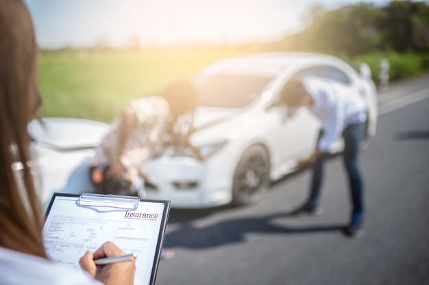 Um agente de seguros resolvendo um acidente de carro