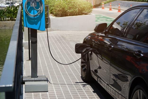 carro sendo carregado de energia