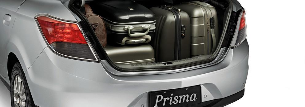 casal no porta-malas traseiro de um carro sedan