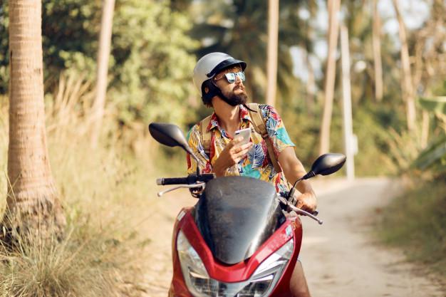homem sentado na moto