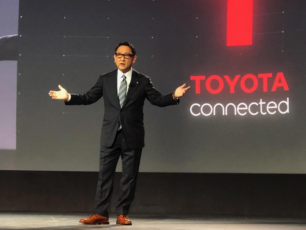 """O presidente da Toyota, Akio Toyoda, se queixou do crescente """"exagero"""" envolvendo veículos elétricos e criticou às restrições políticas para modelos a combustão."""