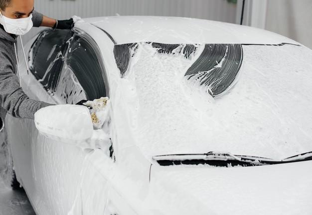 lavando carro branco com esponja limpa